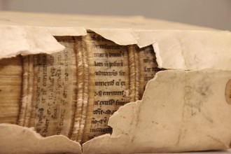 Leiden, University Library, 583, printed work (16th century) with medieval fragments inside (12th century). Photo by Erik Kwakkel. (CC BY 4.0)