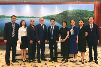 Photo of GUFE administrators with Jane Blyth, John M. Dunn, Pu Zhao, Ying Zeng and Yvonne Zhang.