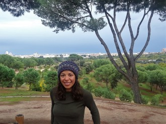 WMU alumna, Kelsey Dovico poses for a picture in a park in Spain