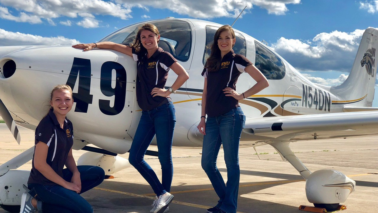 photo of WMU plane with aviation students