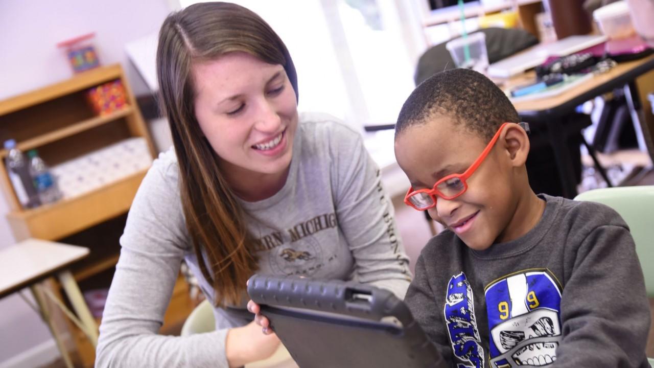 WMU student volunteer tutoring student