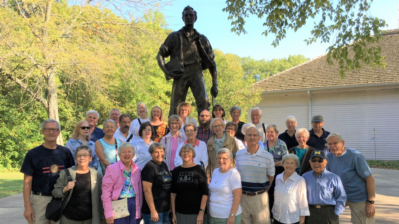 large group of OLLI travelers in front of Abraham Lincoln statue